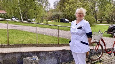 Doktor Inge Talts utanför sjukhuset på Dagö.
