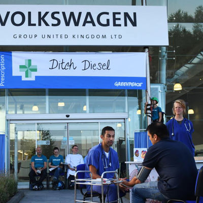 Greenpeace-demonstration på Volkswagens fabrik i Milton Keynes, England, augusti 2018.