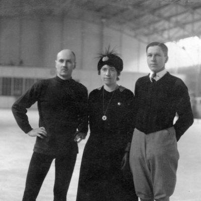 Oikealla pariluistelun olympiakultaa voittanut pari Ludowika ja Walter Jakobsson ja vasemmalla Sakari Ilmanen.