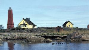Lågskärin majakka ja asuinrakennuksia saarella. 2003.
