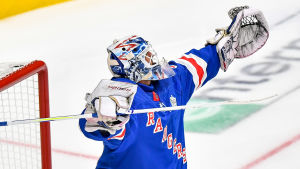 Henrik Lundqvist sträcker upp händerna i luften och jublar efter sin seger i All Star-helgens målvaktstävling.