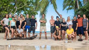 Deltagarna i svenska Robinson 2020 uppställda på en strand.