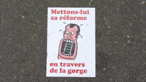 """Lägg Macrons reform i halsen på honom "" står det på en affisch."
