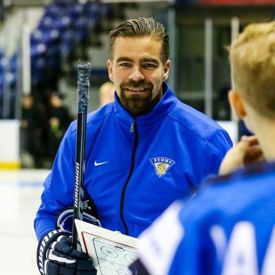 Jussi Ahokas jäällä pelaajien kanssa.