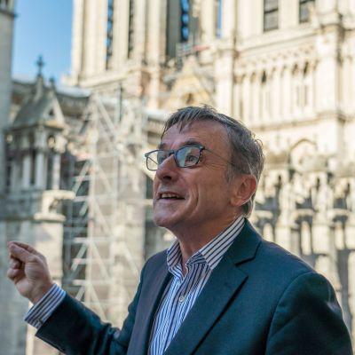 Notre Dame -säätiön johtaja Christophe Rousselot toimistonsa parvekkeella Pariisissa.
