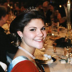 Kronprinsessan Victoria på Nobelbanketten 1995.
