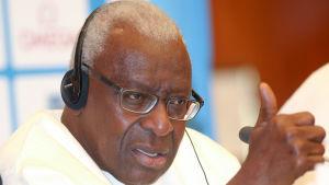 IAAF:s ordförande på presskonferens.