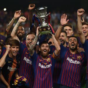 Barcelonaspelarna firar segern i supercupen