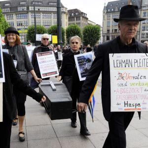 Placerare demonstrerar mot Lehman Brothers i Hamburg i Tyskland.
