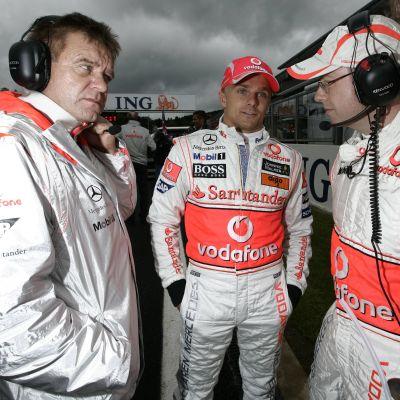 Aki Hintsa, Heikki Kovalainen ja kisainsinööri Mark Slade McLarenin varikolla vuonna 2008.