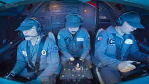 Kolme lentäjää Airbusin ohjaamossa