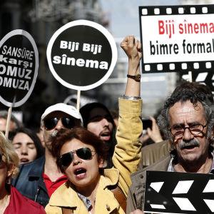 Arkivbild på turkiska demonstranter som protesterar mot censur under en demonstration i Istanbul i april 2015