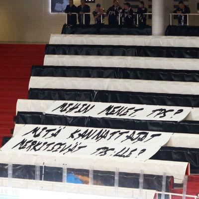 Läktare med fansens protestlakan.