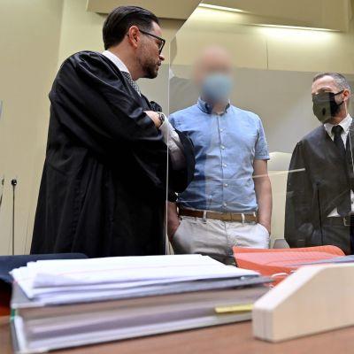 Saksalaislääkäri Mark Schmidt keskellä kuvassa.