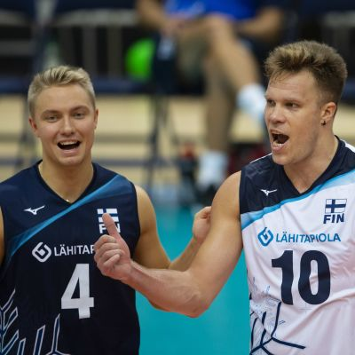 Lauri Kerminen ja Urpo Sivula tuulettavat.