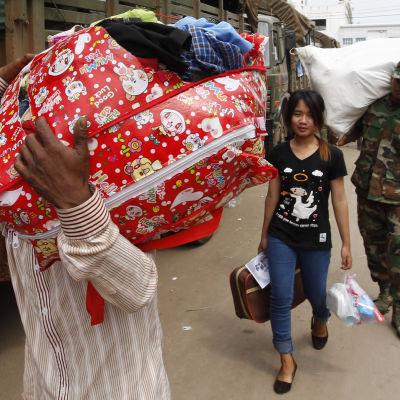kambodjanska gästarbetare åker tillbaka från Thailand