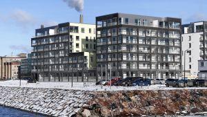 Nybyggda höghus på strande i Busholmen i Helsingfors sett från vattnet.