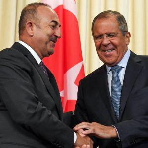 Rysslands och Turkiets utrikesministrar Sergej Lavrov  och Mevlut Cavusoglu