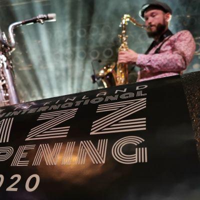 Utopianisti-yhtyeen saksofonisti Markus Pajakkala soittaa Pakkahuoneella