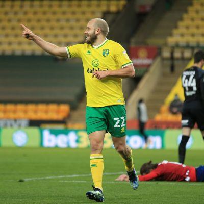 Norwichin Teemu Pukki aloitti joukkueensa maali-iloittelun Huddersfieldia vastaan.