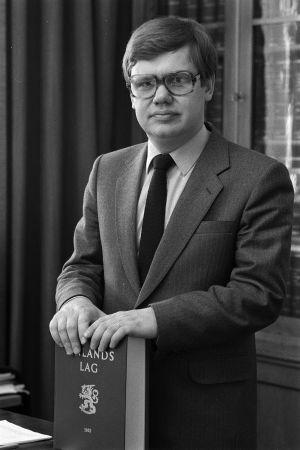 Chrsitoffer Taxell poserar med Finlands lag.