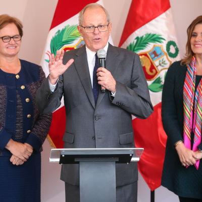 Pedro Pablo Kuczynski flankerad av sin hustru Nancy Lange (till vänster) och vice president Mercedes Araoz.