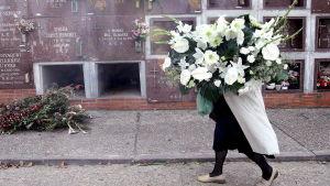 Kvinna med enorm bukett i Palencia i Spanien