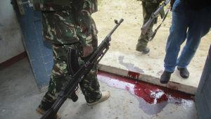 Blod på en polisstation i Gamba i Kenya 6.7.2014. Minst 29 personer dödades i två separata attacker i början av juli 2014 i Kenya.