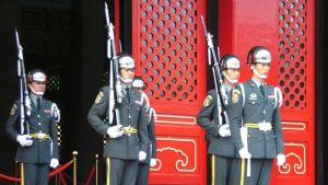 Taiwanesiska soldater står i givakt.