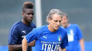 Mario Balotelli tittar på Roberto Mancinis rygg.