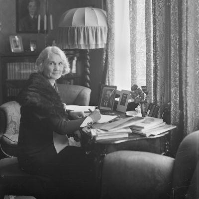 Kirjailija Anni Swan kotonaan elokuussa 1933
