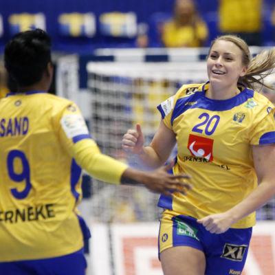 Isabelle Gulldén firar mål.