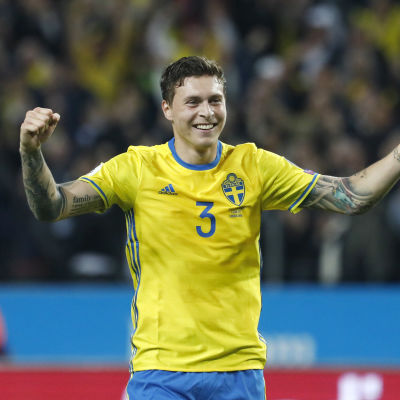 Victor Nilsson Lindelöf jublar efter kvalmatchen mot Frankrike.