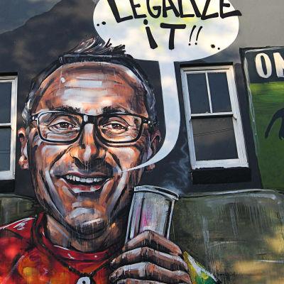 Graffiti-bild på Richard Di Natale som röker cannabis