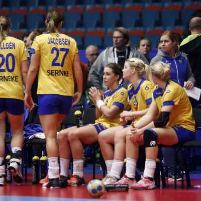 Besvikna svenska handbollsdamer efter förlusten mot Slovenien.
