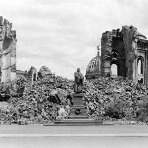 Frauenkirche i Dresden i ruiner 1945 efter de allierades bombningar
