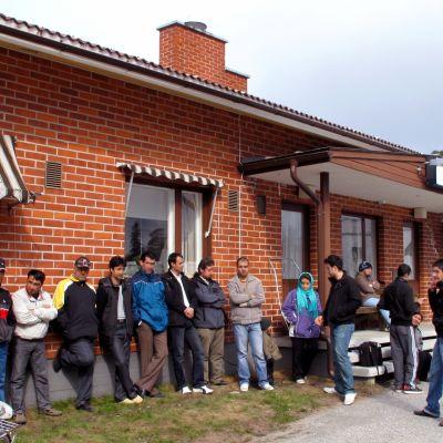En del av de protesterande kurderna vid flyktingmottagnignen i Oravais.