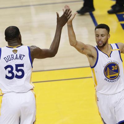 Stephen Curry ledde tillsammans med Kevin Durant showen när Golden State förlängde sin obesegrade svit i NBA-finalerna.