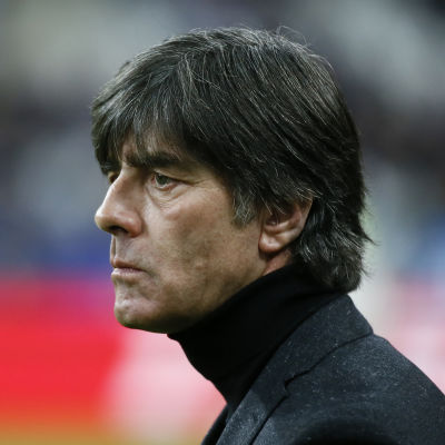 Joachim Löw anser att EM ska spelas som planerat i Frankrike.