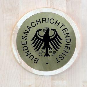 BND:s logo som den ser ut i högkvarteret i Berlin.