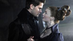 Pip (Jeremy Irvine) ja Estella (Holliday Grainger) elokuvassa Suuret toiveet (2012)