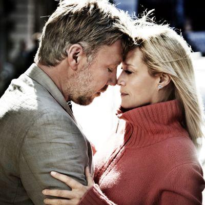 Mikael Persbrandt (Anton) och Trine Dyrholm (Marianne) lutar sina pannor mot varandra och håller om varandra.och l