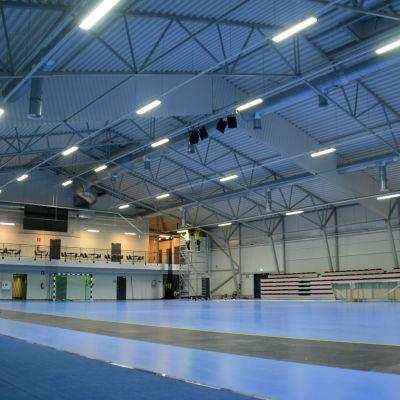 En översiktsbild på en stor allaktivitetshall med blått golv.