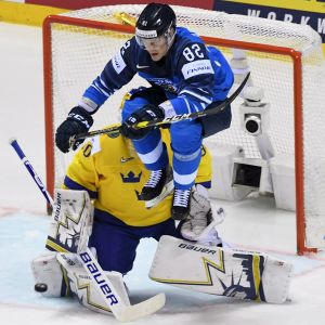 Harri Pesonen skymde sikten för Henrik Lundqvist och Finland kvitterade på vägen mot en seger med 5-4 efter förlängning.