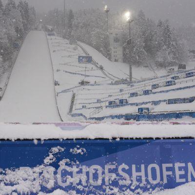 Bischofshofenin mäki lumisateessa.