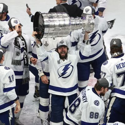 Tampa Bay Lightningin Nikita Kutsherov nostaa Stanley cupin pokaalia.