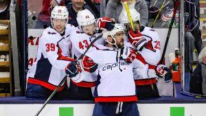Alexander Ovetjkin omfamnas av sina lagkamrater.
