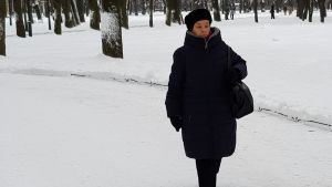 Zoja Jefimova på promenad i en snöig park.
