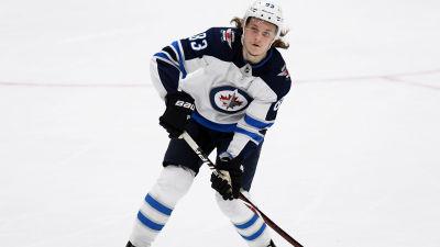 Sami Niku spelar ishockey.