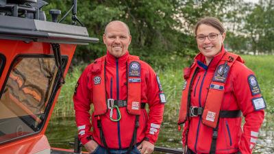 Sjöräddarna Mikael Bäckman och Tove Werner står ombord på en sjöräddningsbåt.